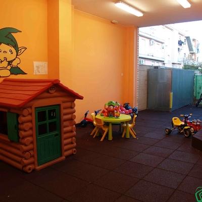 Diseño de patio de recreo con zonas interiores y exteriores en Utebo