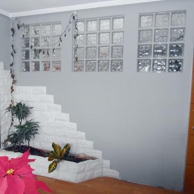 división entre escalera y salón