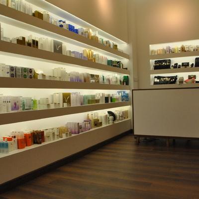 Expositor producto en Centro de Estética
