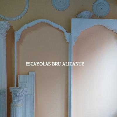 exposición de arcos de escayola en nuestra oficina en Santa Pola (Alicante)