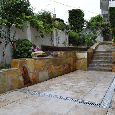 Escaleras y muro de piedra