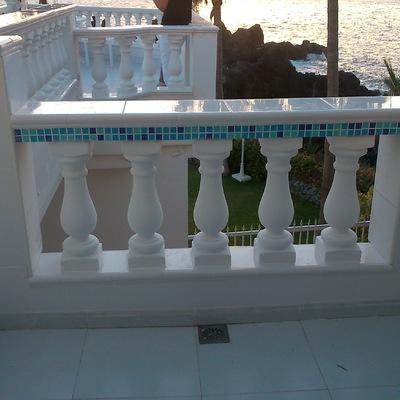 Sustitución de balaustradas, revestimiento combinando cerámica con gresite