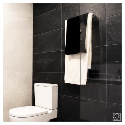 Detalle inodoro baño negro y blando