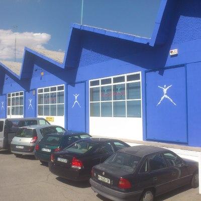 fachada de gimnasio con ideograma