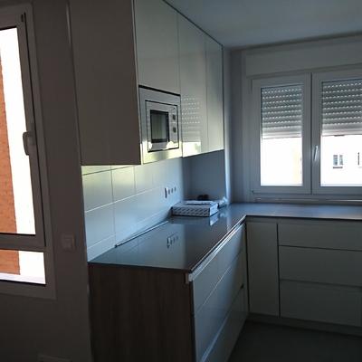 Fabricación y montaje de cocina frente en blanco brillo