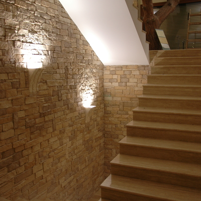 Escalera con revestimiento de piedra artificial