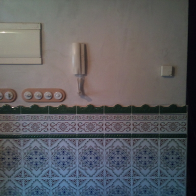 Zocalo de azulejo en pared de salón