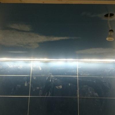 Pintado de techo baño azul satinado y dibujado de nubes