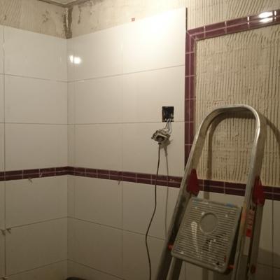 aquí más trabajo de alicatado de baños