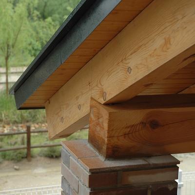 Detalle porche de madera