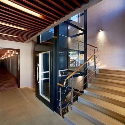 Ascensor junto a escalera