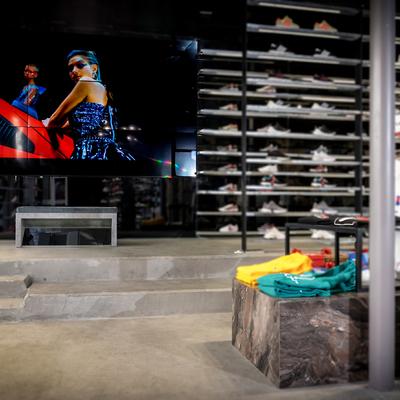 Vision parcial de la tienda, con videowall