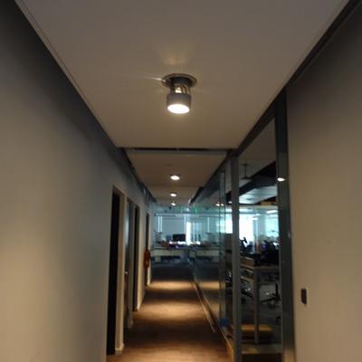 Techos  de diseño, en el  acceso a oficinas