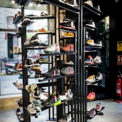 Mueble expositor zapatillas