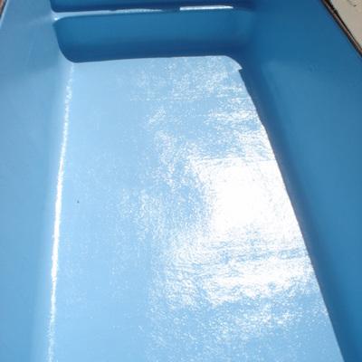 Piscina revestida de poliéster reforzado con fibra de vidrio