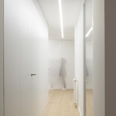 Pasillo con iluminación indirecta y carpintería a medida