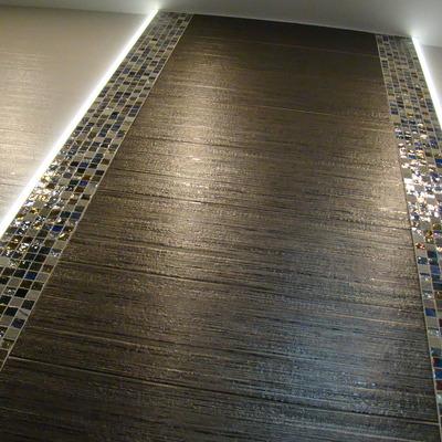 Mosaico franqueado por bandas luminosas