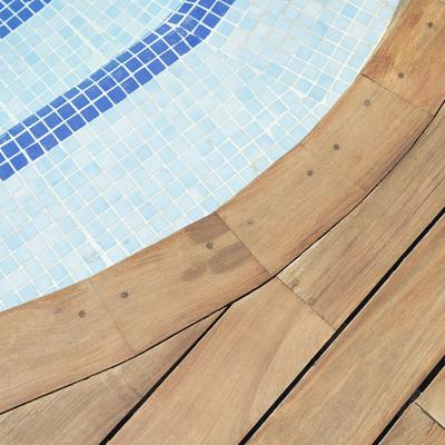 Restauración de tarima en piscina