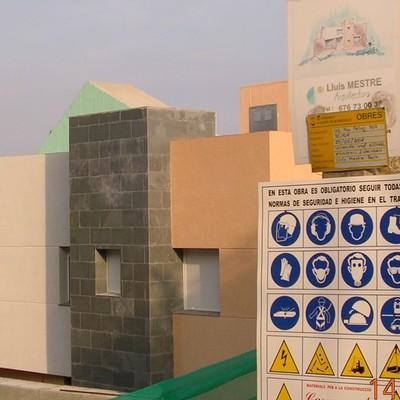 vivienda unifamiliar con techo especial para placas solares