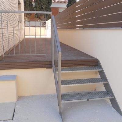 barandilla con escalera de hierro