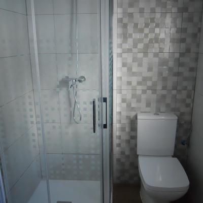 Baño, con sanitarios y mampara instalados