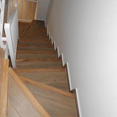 Nueva escalera con revestimiento de madera y porcelánico