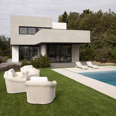 Vivienda unifamiliar aislada con piscina. Fachada jardín