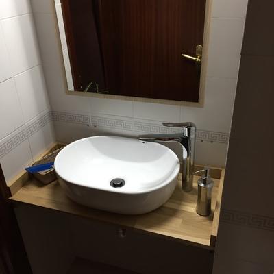 Fabricación y montaje de encimera y montaje  de lavabo y espejo