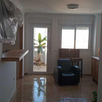 Suelo pulido, muebles puestos...ya está terminada una reforma de un piso en el puerto