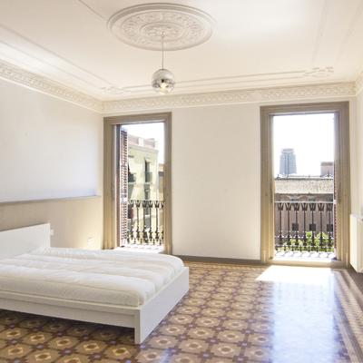 Dormitorio principal estilo neoclásico restaurado.
