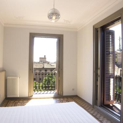 Dormitorio en esquina estilo neoclásico restaurado.