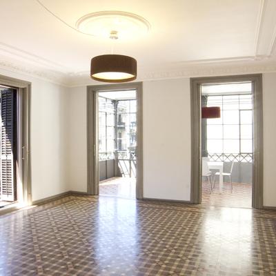 Salón con galería estilo neoclásico restaurado.