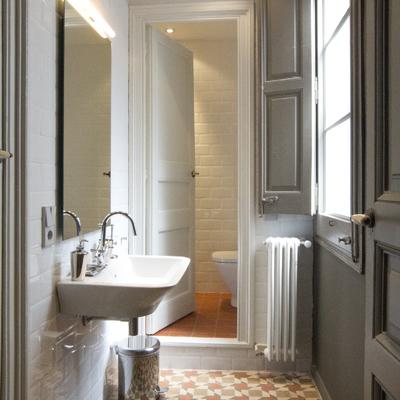 Baño estilo neoclásico restaurado.