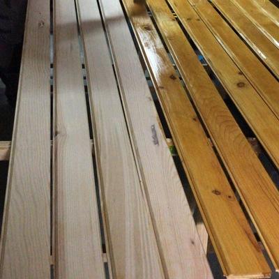 Barnizado de tablas de pino para mueble mostrador