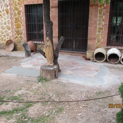 Ejecución de pavimento rústico con losetas de barro de 30×30 cm.