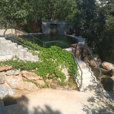 Escalera principal y piscina.