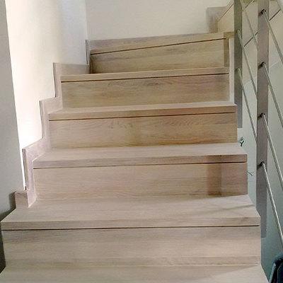 Escalera maciza de roble  aceitada en blanco.