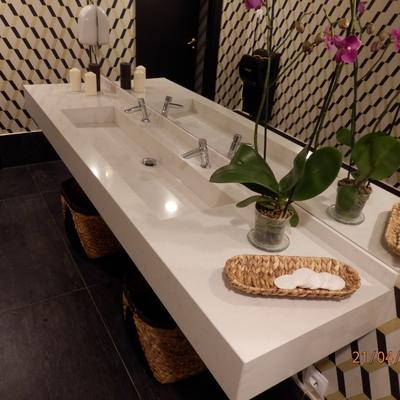 Encimera de baño con lavabo a medida integrado