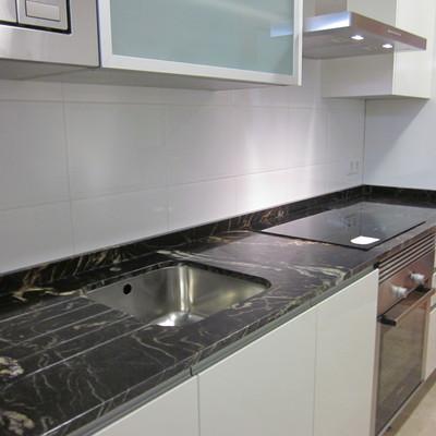 Encimera de cocina en granito Naturamia Titanium pulido