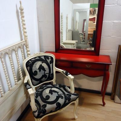 Entrada con espejo y silla tapizada
