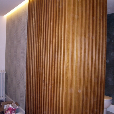 Entrada decorada papel pintado y madera