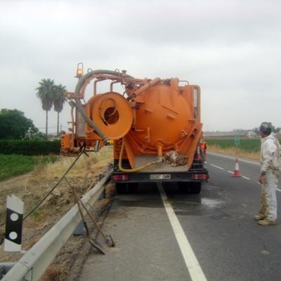 Equipo trabajando en carretera secundaria