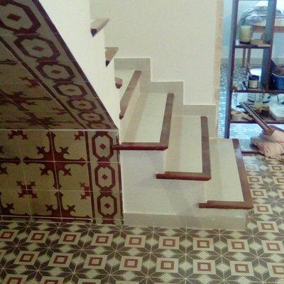 Escalera revestida con baldosas hidrahulicas