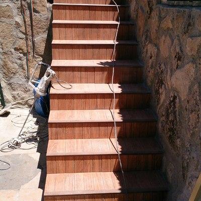 Escalera acceso zona piscina