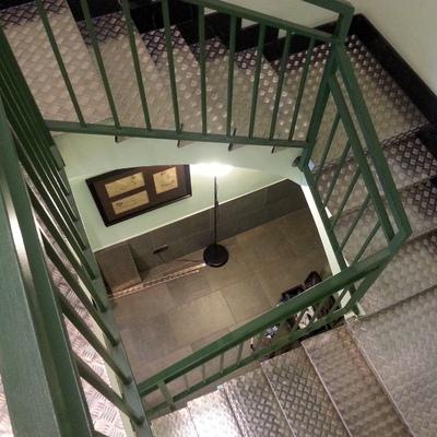 escalera con chapa de aluminio damero