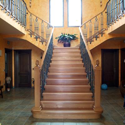 Escalera con pelaño y pasamanos de madera.