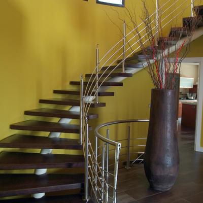 Escalera con peldaño de madera.