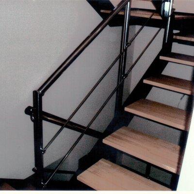 Escalera de hierro y madera con barandilla hierro