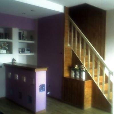 Escalera de madera y barra de bar