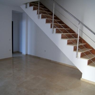 Escalera de marmol con baranda de acero inoxidable